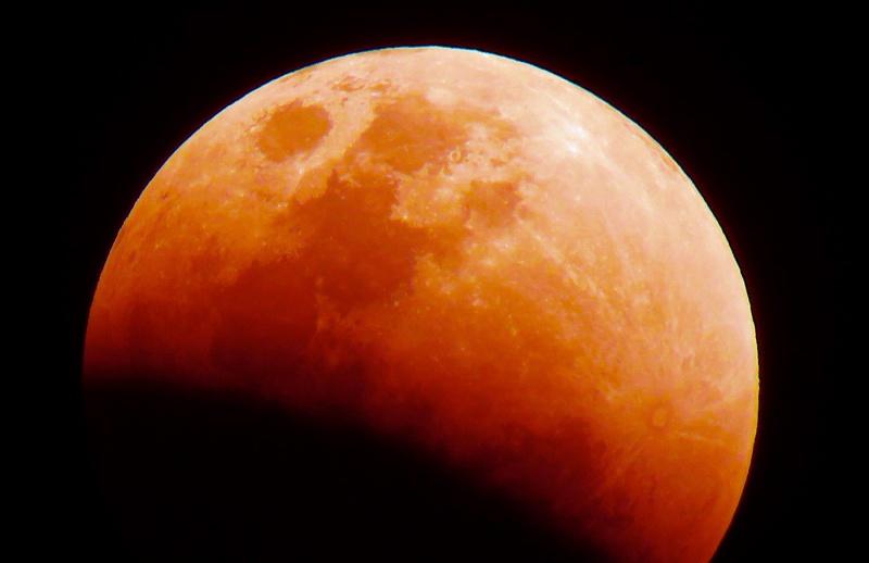 Zaćmienie Księżyca (źródło: wikimedia.org/Cabajar)