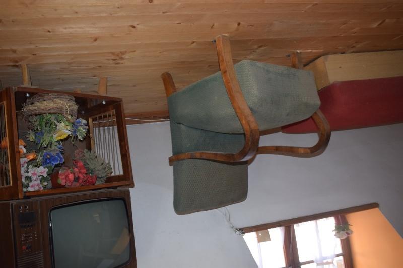 Szymbark - wnętrze chaty do góry nogami (fot. PJ)