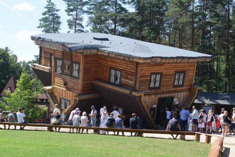 Szymbark - Dom do Góry Nogami (fot. PJ)