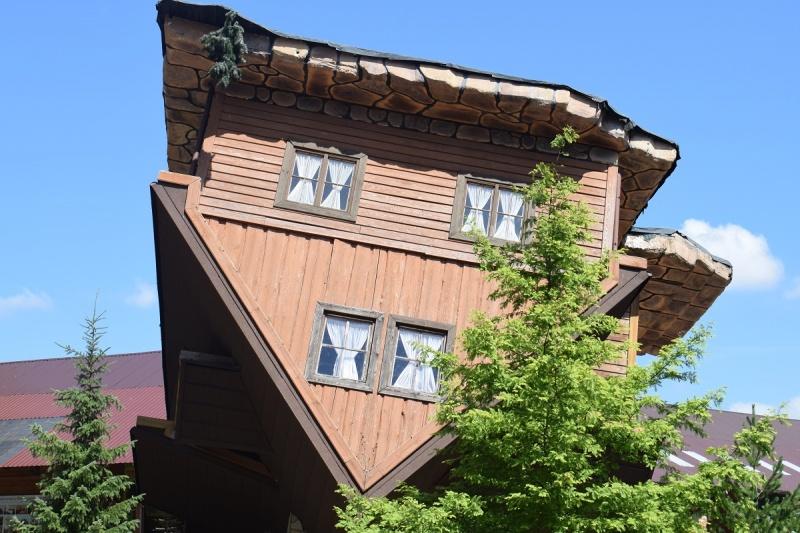 Szymbark - chata do góry nogami (fot. PJ)