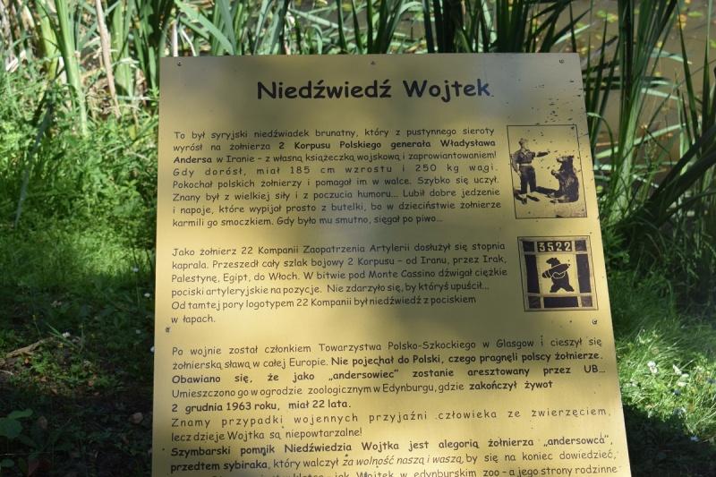 Szymbark - tablica poświęcona niedźwiedziowi Wojtkowi (fot. PJ)