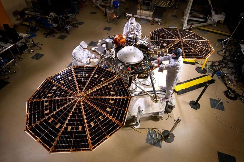Konstruowanie i testowanie lądownika InSight (źródło: wikimedia.org)