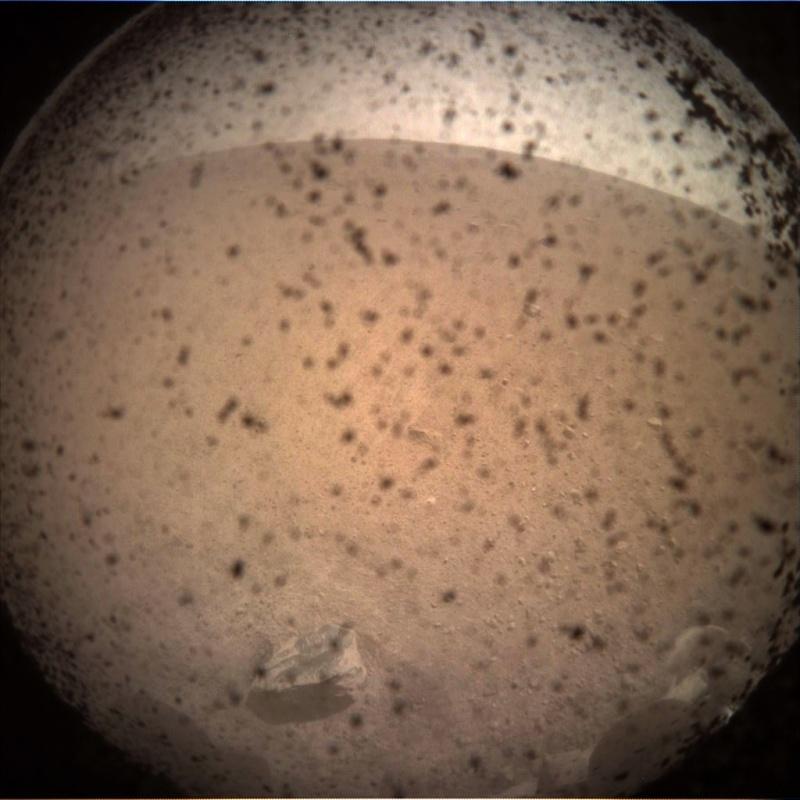 Pierwsze zdjęcie przesłane na Ziemię (źródło: mars.nasa.gov)