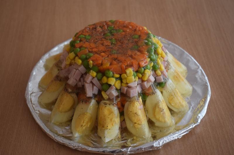 Wielkanocna babka z koperkową galaretą, szynką, jajkami oraz warzywami (fot. PJ)