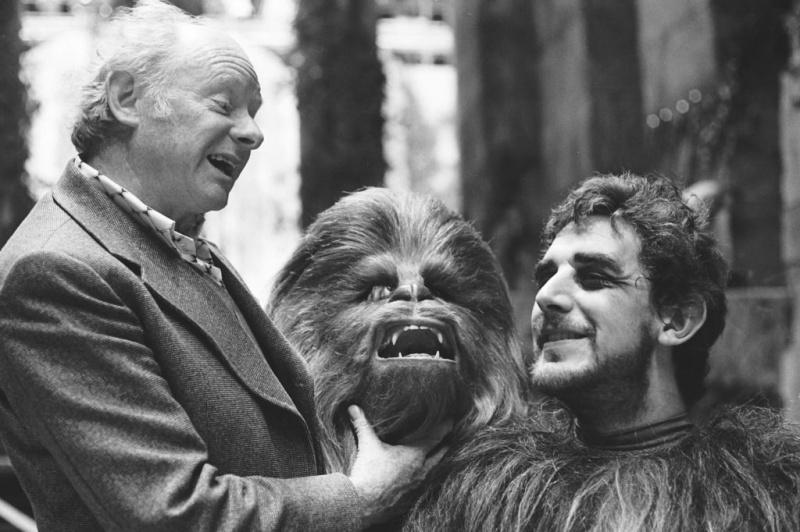 Peter Mayhew po prawej jako Chewbacca, po lewej Stuart Freeborn - projektant maski (źródło: starwars.com)
