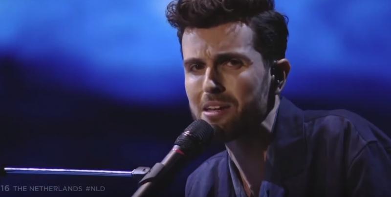 Duncan Laurence podczas finału 64. konkursu Piosenki Eurowizji (źródło: youtube.com/screenshot)