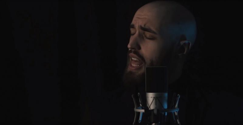 """Yannis Papadopoulos wykonuje cover z musicalu pt. """"Król rozrywki"""" (źródło: youtube.com)"""