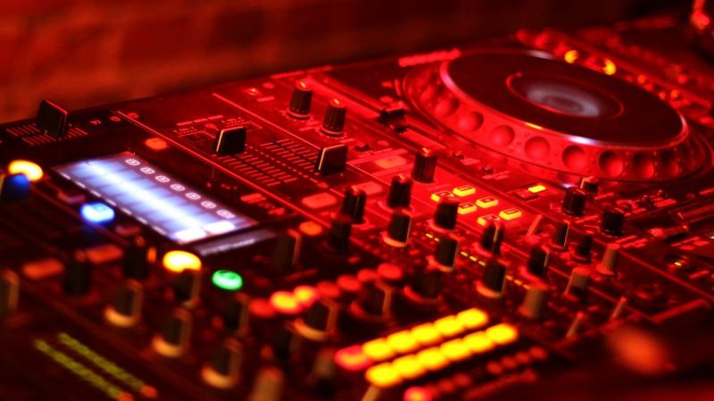 Konsola DJ-a (źródło: pxhere.com/pl/photo/865964)