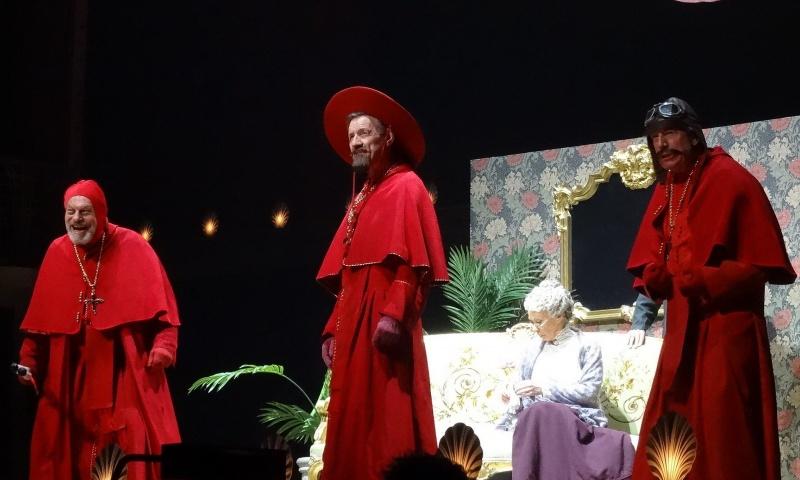 Grupa Monthy Pytona w serii występów w 2014 roku (źródło: wikimedia.org/fot. Eduardo Unda-Sanzana