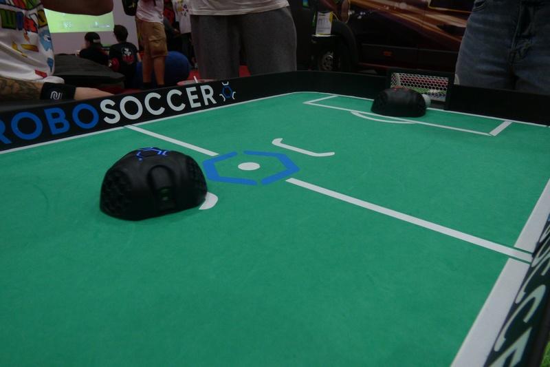 Czym można grać w piłkę: a) nogami b) piłkarzykami c) małymi robotami