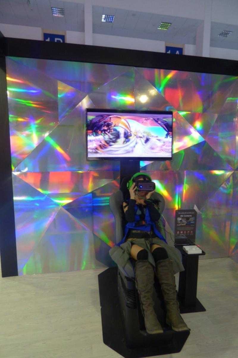 Nie wiem, czy nie jestem za niska na prawdziwą kolejkę… Ale na VR jestem w sam raz ;)