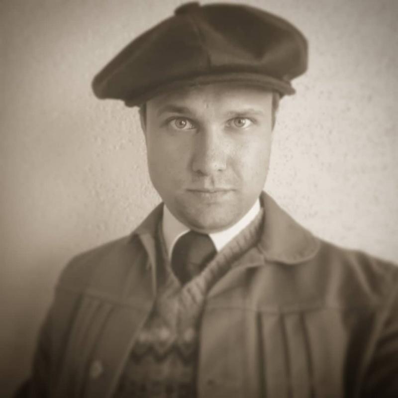 Prezes fundacji Artur Dawid Łukawski, który interesuje się też modą minionego wieku (Facebook/archiwum prywatne)
