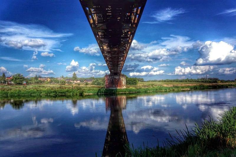 Nieczynny most kolejowy we wsi Brączewo na skraju Puszczy Noteckiej (fot. Grafy w podróży)