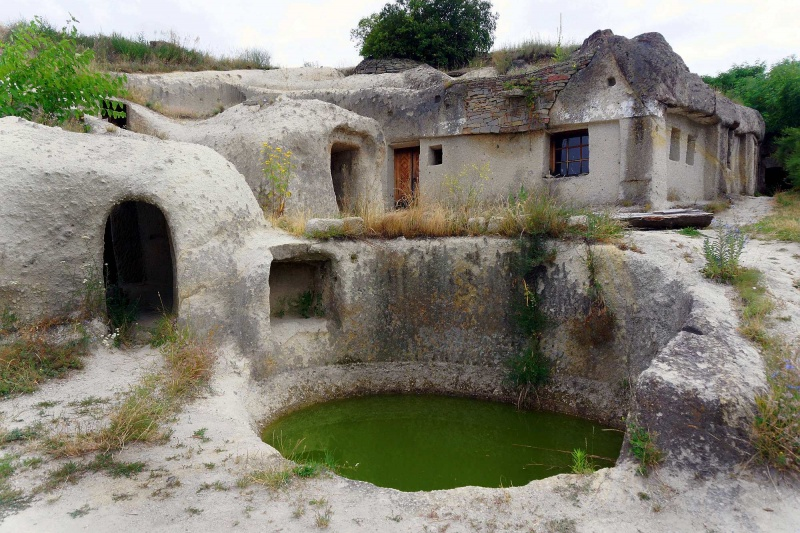Noszvaj - Domy mieszkalne wykute w skale wulkanicznej na Węgrzech (fot. Grafy w podróży)