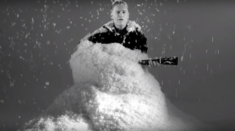 "Bryan Adams w teledysku do hitu ""Christmas Time"" (źródło: youtube.com/screenshot)"