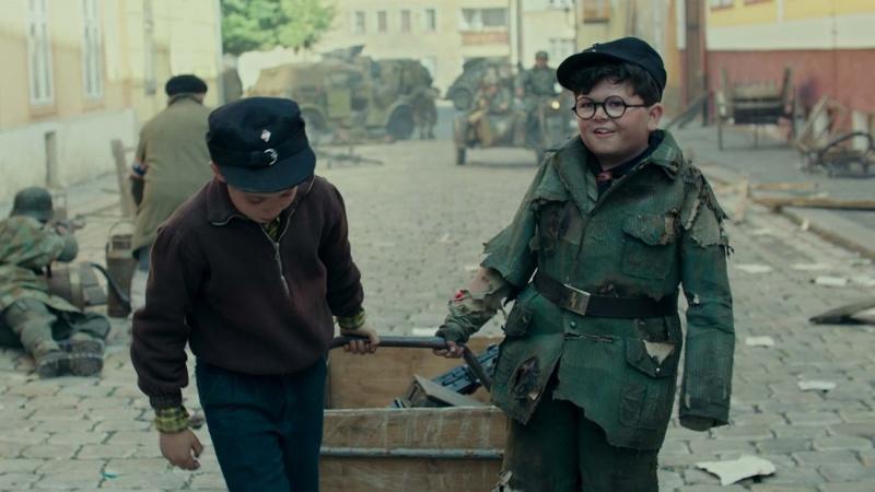 """Kadr z filmu """"Jojo Rabbit"""" (źródło: materiały prasowe)"""
