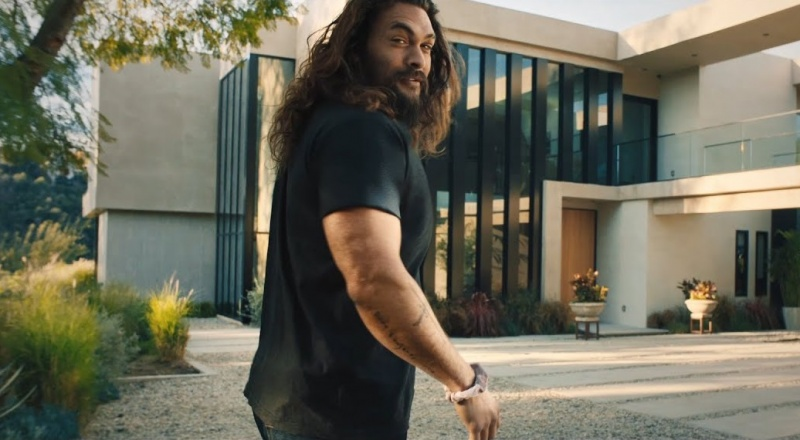 Jason Momoa w jednej z reklam w trakcie Super Bowl 2020 (źródło: youtube.com/screenshot)