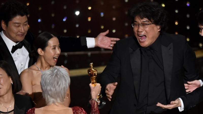 Bong Joon-ho w siódmym niebie ze szczęścia! (źródło: youtube.com/screenshot)