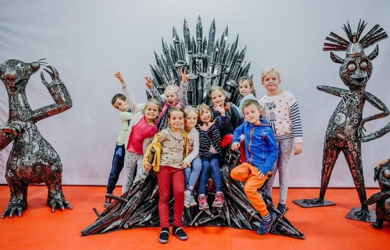 Galeria Figur Stalowych w Pruszkowie - zachwycone dzieciaki (fot. materiały promocyjne GSF)