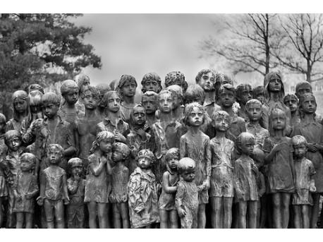 Pomnik zamordowanych dzieci, każde ma swoją rzeźbę (źródło: flickr.com)