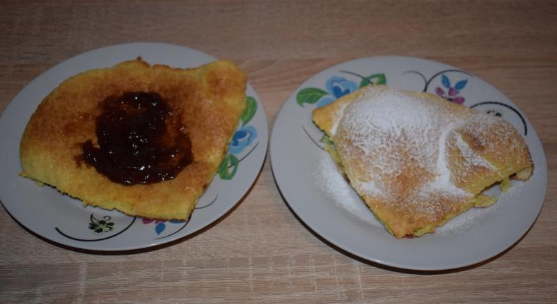 Kawałek pannukakku posmarowany dżemem, a obok z cukrem pudrem (fot. PJ)