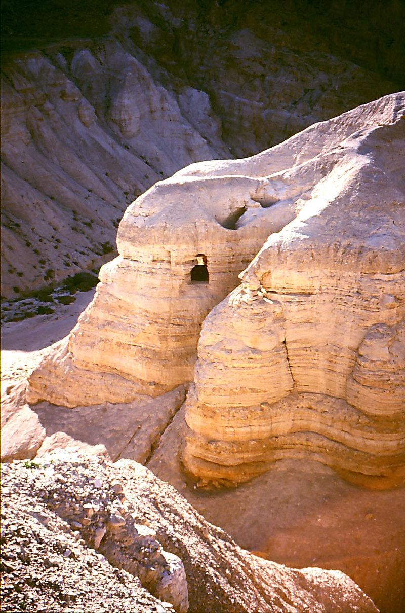 Jaskinia w pobliżu ruin Qumran (wikipedia.org)