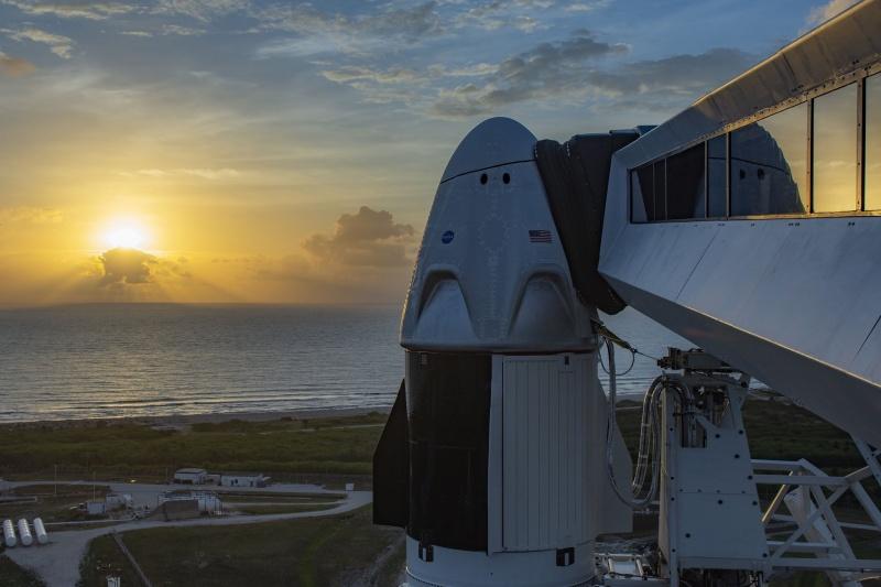 Załogowy statek Dragon na szczycie rakiety Falcon 9  (źródło: SpaceX)