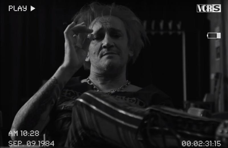 """Kadr z teledysku do coveru """"Skóry"""" - Wiśniewski powraca w dobrym stylu! (źródło: screenshot/youtube.com)"""