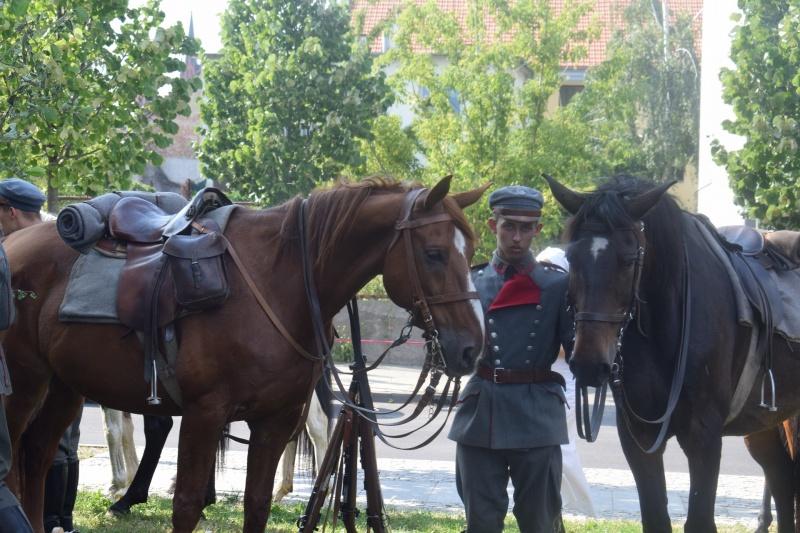"""100. rocznica """"Cudu nad Wisłą"""" we Włocławku - mody ułan, opiekun koni (fot. PJ)"""