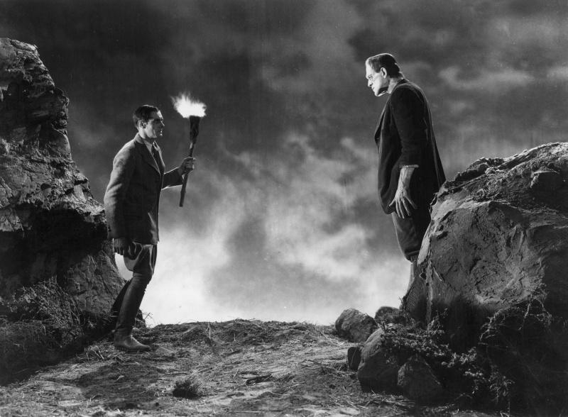 Boris Karloff po prawej jako potwór Frankensteina (źródło: materiały prasowe)