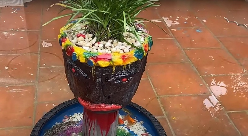 Kolorowa donica z twarzą (screenshot/youtubec.om)