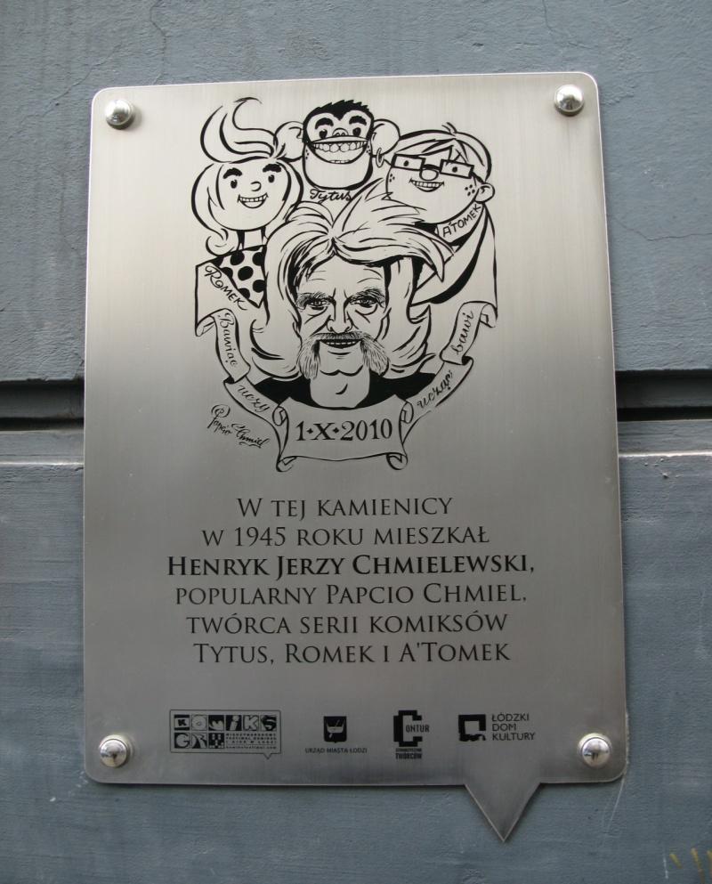 Tytus, Romek i A'Tomek i ich twórca na tablicy pamiątkowej przy ul. Nawrot 8 w Łodzi (źródło: wikimedia.org)