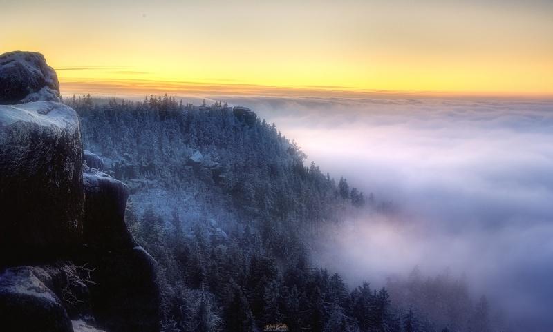 To nie góry w Śródziemiu, tylko Szczeliniec Wielki - zbliża się mglisty wieczór (fot. PZ)