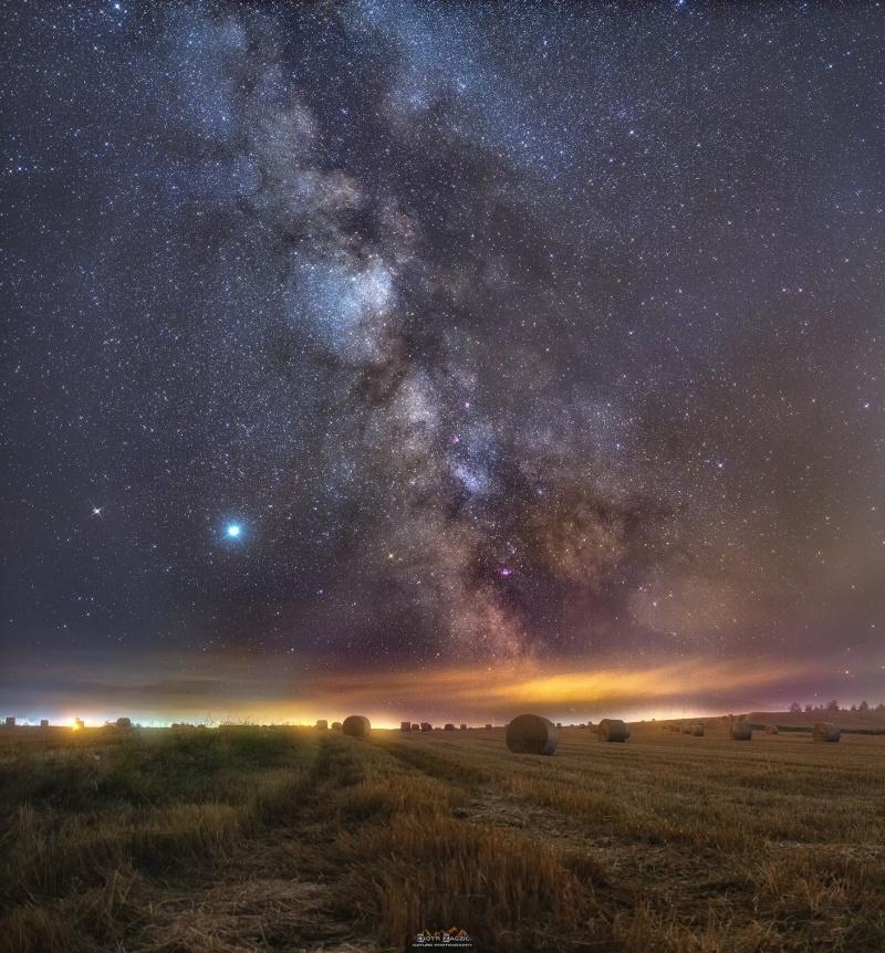 Okolic miasta Kudowa-Zdrój - magiczne pole, a nad nim Droga Mleczna, a także Jowisz i Saturn (fot. PZ)