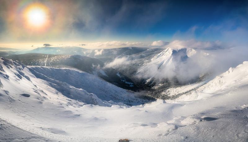 Widok ze Śnieżki i piękne zjawisko atmosferyczne, mianowicie korona słoneczna (fot. PZ)