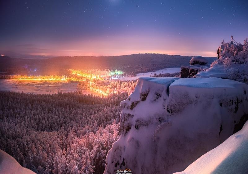 Szczeliniec Wielki - 919 m n.p.m. i kolejna dawka bajecznie pięknej, zimowej nocy W dole rozświetla wszystko Karłów (fot. PZ)