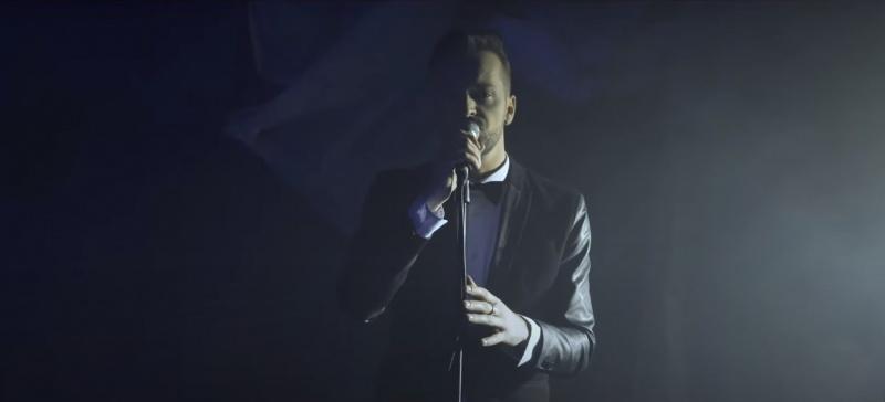 """Arek Obrzut w teledysku do utworu """"Gdyby Tak"""" (źródło: youtube.com/screenshot)"""