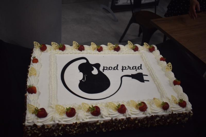 """Koncert zespołu Pod Prąd w Centrum Kultury """"Wahadło"""" - tort na pięciolecie (fot. PJ)"""