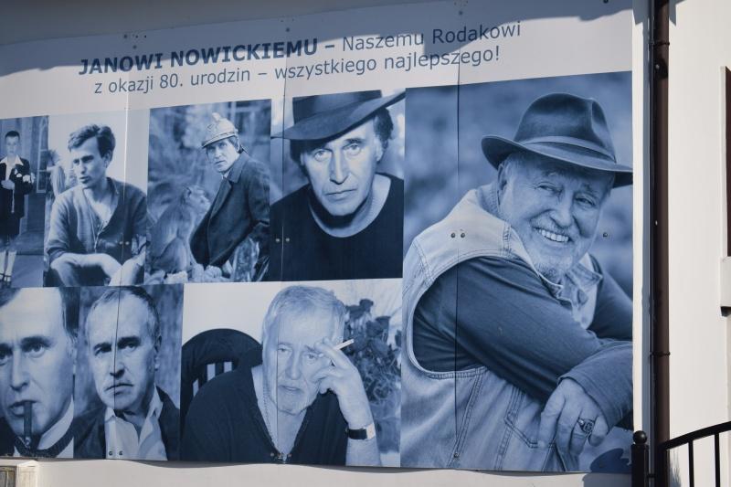"""Jan Nowicki na plakacie - Koncert """"Kowal się szczepi"""" (fot. PJ)"""