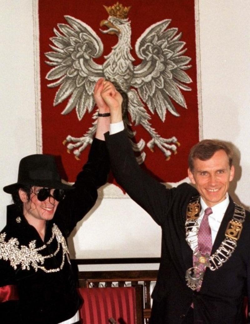 Michael Jackson i Marcin Święcicki, ówczesny prezydent Warszawy (źródło: mj-everforever.blogspot.com)
