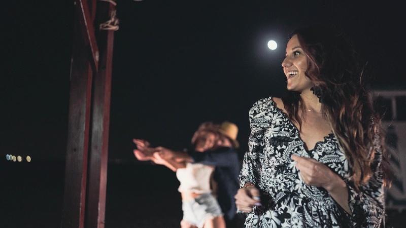"""Kadr z teledysku do piosenki """"W blasku księżyca"""" (źródło: materiały promocyjne)"""