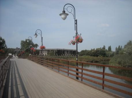 Mostek prowadzący wprost do tężni solankowej
