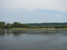 Płynąc w dół rzeką Wisłą po prawej stronie widoczna część Zawiśle we Włocławku