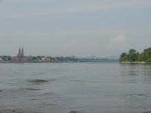 Widok z rzeki Wisły na Włocławek. Widoczna po lewej stronie katedra włocławska oraz most stalowy.