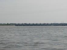 Zestaw 10 jazów na zaporze we Włocławku umożliwiający zrzut lub zatrzymanie większej ilości wody przez tamę.