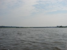Tama we Włocławku, zdjęcie poniżej zapory wykonane z środka rzeki Wisły.
