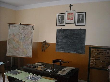 Sala lekcyjna (lata 30-ste XX wieku): tablica, mapa i biurko