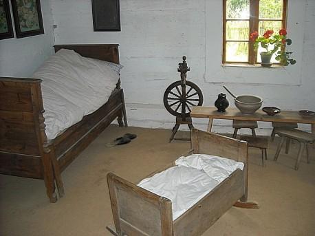 Izba, w której widoczne jest łóżeczko dziecięce (najstarsza chata 1760r.)