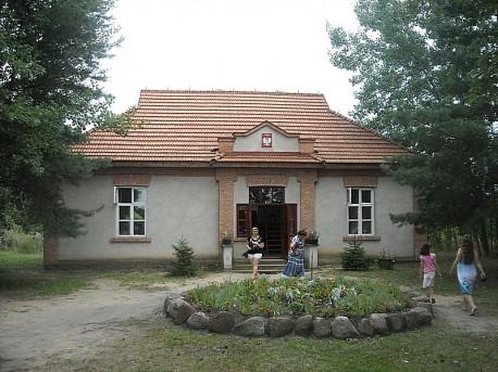 Szkoła powstała w roku 1908, styl i wnętrze z lat 30-tych i 40-tych XX wieku.