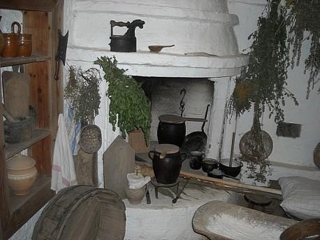 Star chlebowy piec, garnki, żelazko i suszone zioła (koniec XVIII wieku)